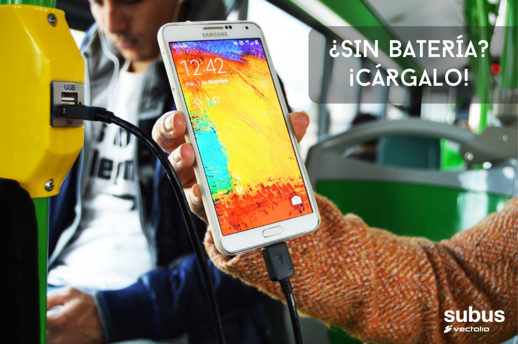 Cargar el móvil en el autobús en Alicante